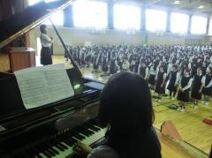 生徒の演奏による校歌斉唱