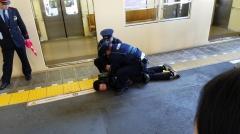 痴漢被疑者逮捕の実演訓練