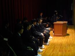 ステージ上で並ぶ候補者
