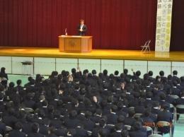 問いかけに手を挙げる生徒達