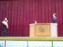 生徒会長による花束贈呈